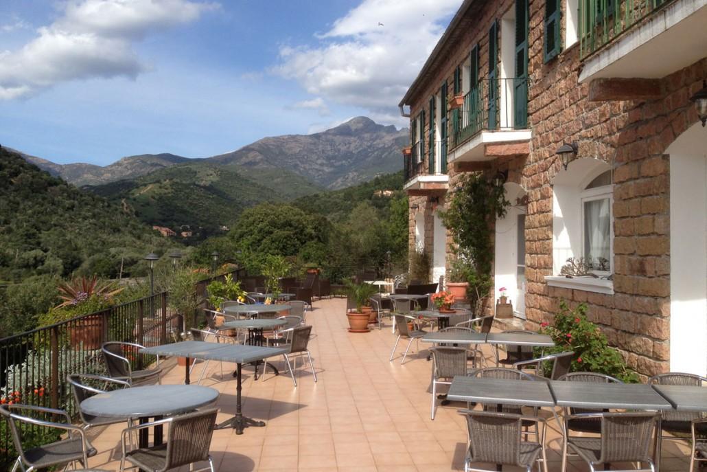 Bjergtagende udsigt fra terrasse på Korsika